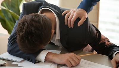 仕事中に昼寝するサラリーマン