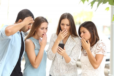 SNSで感情を共有する若者たち