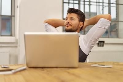 転職で給料が下がる現実を知る40代男性
