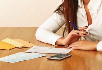 給料が少ない時に対処法を考える女性