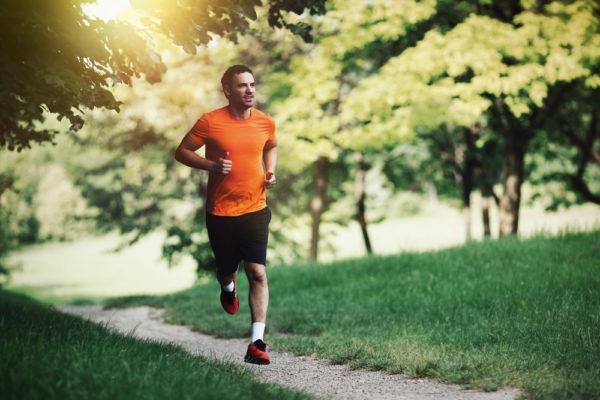 明るい未来を見つめて走る男性